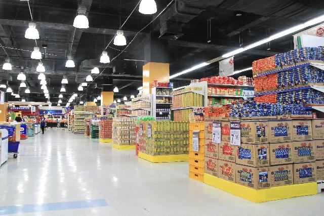 キャットフードが多く並ぶスーパー