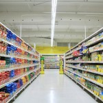 キャットフードはどこで買うのがおすすめ?ホームセンター、通販サイト、スーパーそれぞれのメリットについてご紹介します。
