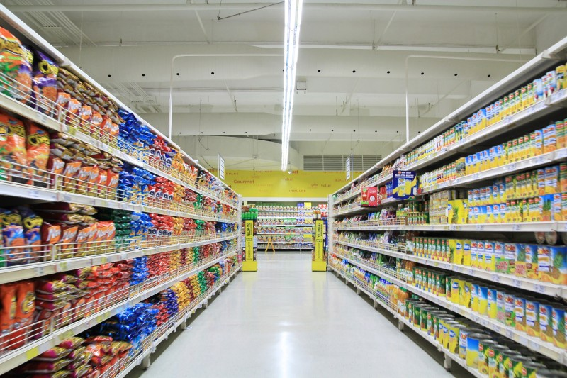 キャットフードが多く並ぶスーパーの店内